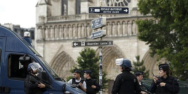 Paris'in ünlü Notre Dame katedralinde silah sesleri