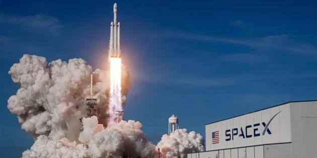 SpaceX'in Ay'a Yapacağı Turistik Seyahatler 2019'a Ertelendi