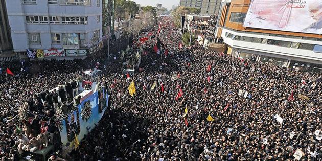 İRAN'DA CENAZEDE İZDİHAM: 50 ÖLÜ