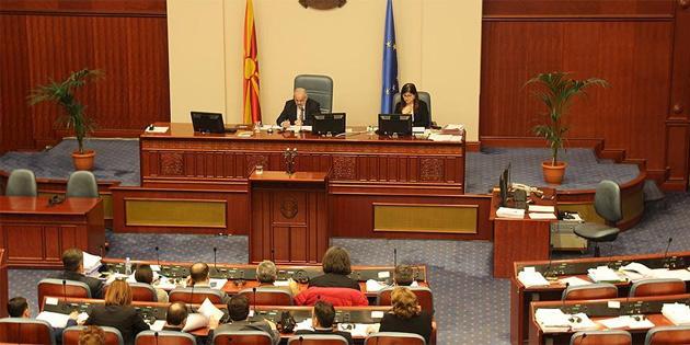 Makedonya'da Arnavutça'nın resmi dil olması meclisten geçti