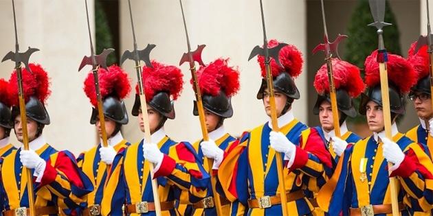 Papa'nın Muhafızlarının Kaskları 3 Boyutlu Baskıyla Üretiliyor