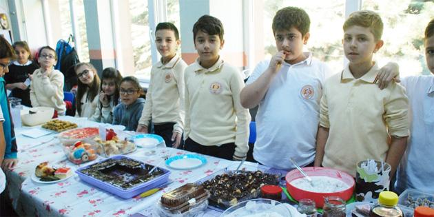 Tokat'ta öğrenciler sokak hayvanları için pasta-börek sattı