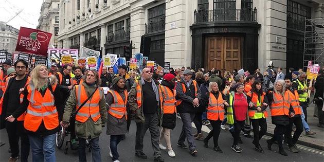 Aşırı sağ ve sol gruplar Londra'da farklı gösteriler düzenledi