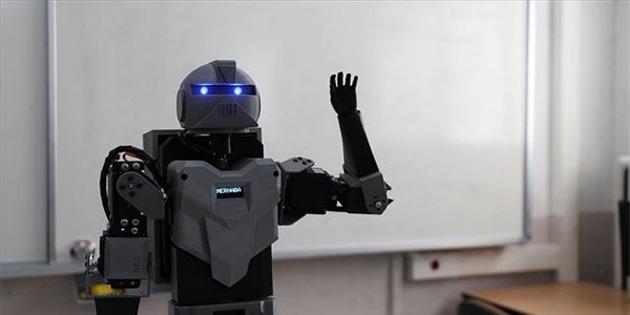 Denizli'de Bir Öğretmen, İki Öğrencisiyle Birlikte İnsansı Robot Yaptı