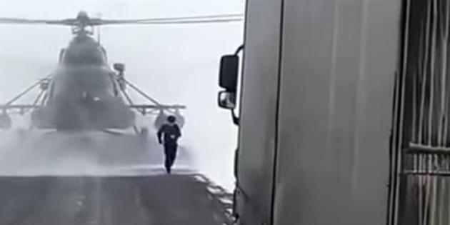 Helikopteriyle Yolun Ortasına İnip Kamyon Şoförüne Adres Soran Rahatsız Pilot