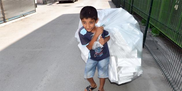 Adana'da 11 yaşındaki Cuma, kağıt toplarken görüntülendi