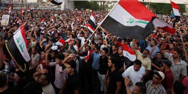 Irak'ın Güneyindeki gösterilerde Humeyni posteri yakıldı
