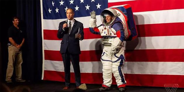 NASA'nın Ay'a göndereceği yeni astronotlar bu uzay kıyafetlerini giyecek