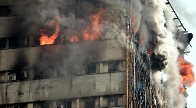 İran'da 17 katlı iş yeri çıkan yangının ardından çöktü