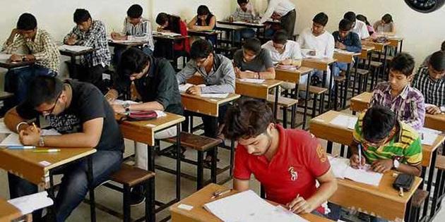 Kopyayı önlemek için öğrencilerin sınava ayakkabıyla girmeleri yasaklandı