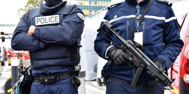 Paris'te Kamyonet Polis Aracına Çarptı