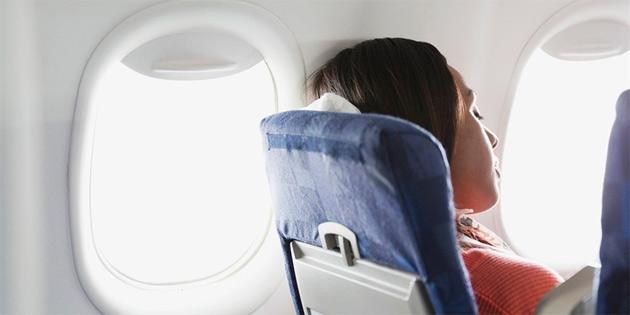 Uçak iniş yaparken uyumak kulağa kalıcı hasar verebiliyor