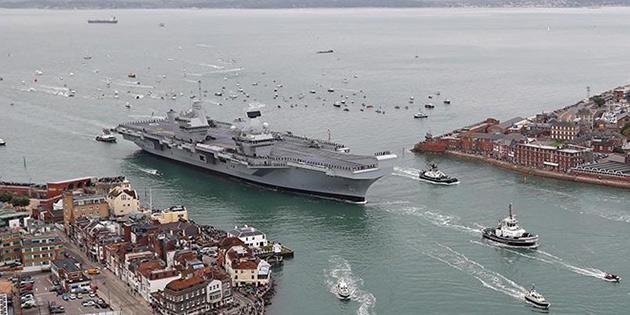 İngiltere'nin 3 milyar Sterlinlik yeni uçak gemisi su alıyor