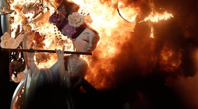Las Fallas Festivali'nde dev kuklalar ateşe verildi