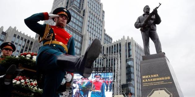 Moskova'ya Kalaşnikof'un yaratıcısının heykeli dikildi