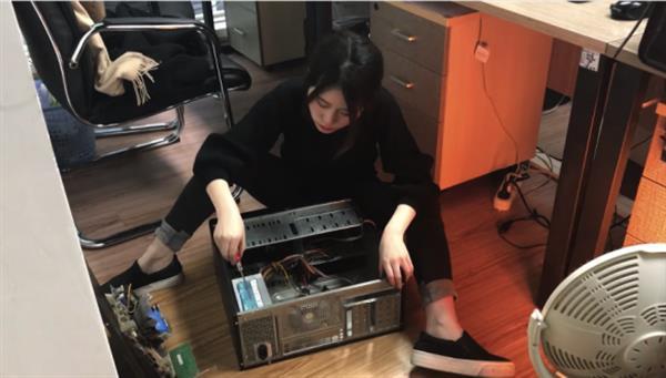 Bilgisayarında yemek pişiren kadın! - VIDEO