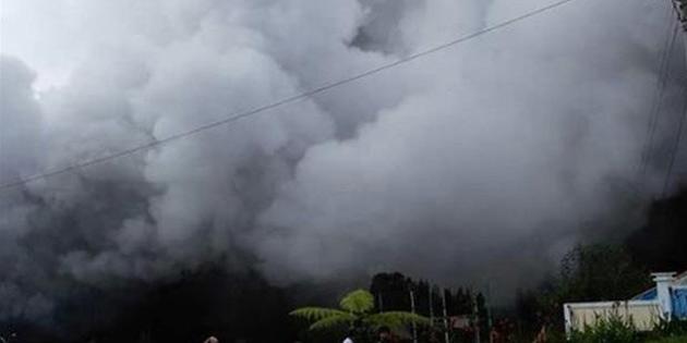 Endonezya'da yanardağ dumanı 30 kişiyi hastanelik etti