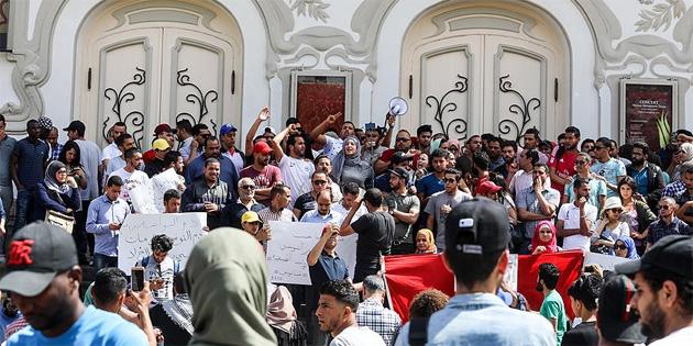 Tunus'ta göstericiler polis merkezini yaktı
