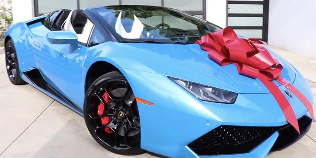 Bir YouTuber, Arkadaşına Lamborghini Hediye Etti