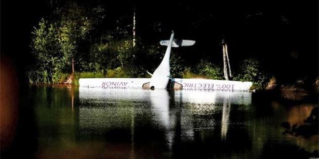 Elektrikli uçak göle düştü
