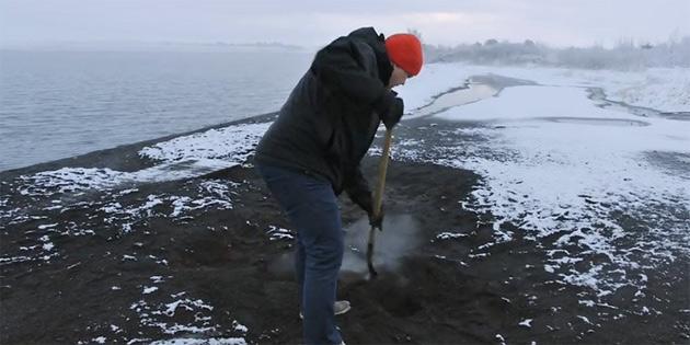 Volkanik toprakta ekmek pişiriyor