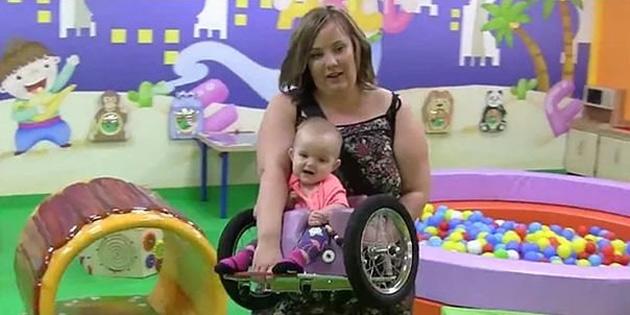 Parası yetmeyince felçli kızına tekerlekli sandalye yaptı