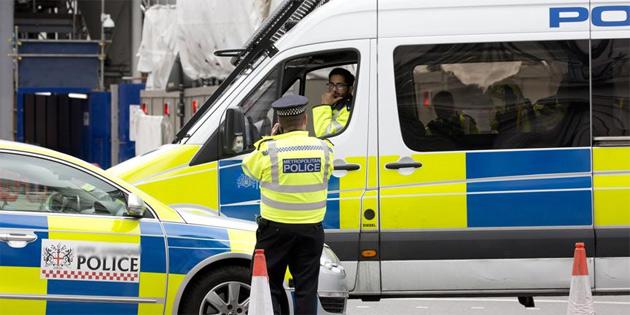 Müslümanların arasına dalan aracın sürücüsü kontrolü kaybetmiş