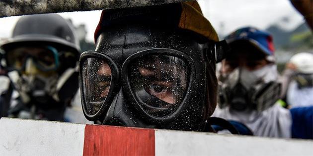 Venezuela'da protestocular hava üssüne girmeye çalıştı