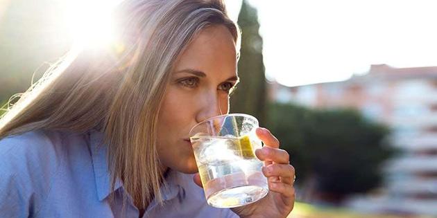 Çok tüketiliyor ama… Limonlu su içmenin zararları