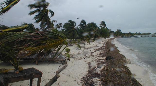 Debbie Kasırgası 35 bin evi elektriksiz bıraktı