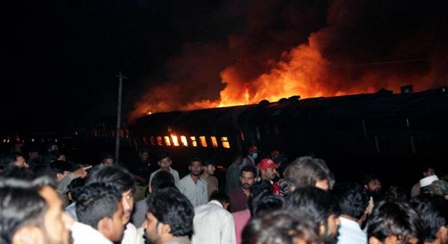 Pakistan'da yolcu treni tankere çarptı: 2 ölü
