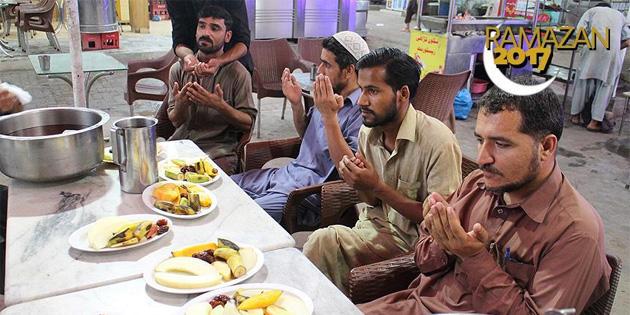Pakistan'da ilk iftar heyecanı