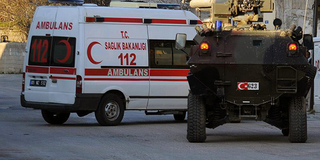 Diyarbak�r'da polis arac�na sald�r�: 8 yaral�
