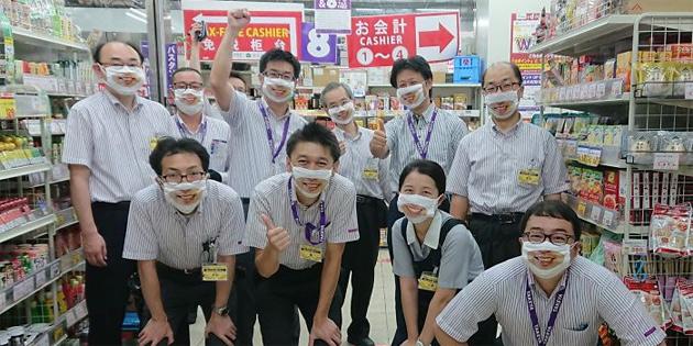 Bir Japon Mağazasında, Personeller Gülümseyen Maskeler Takmaya Başladı