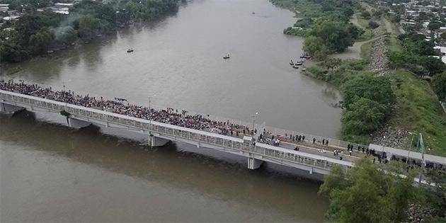 Guatemala-Meksika sınırında mahsur kalan göçmenlerden yaklaşık 2 bini yüzerek veya salla Meksika tarafına geçti