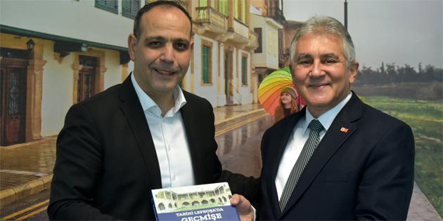 """""""Tarihi Lefkoşa'da geçmişe yolculuk"""" kitabı Harmancı'ya takdim edildi"""
