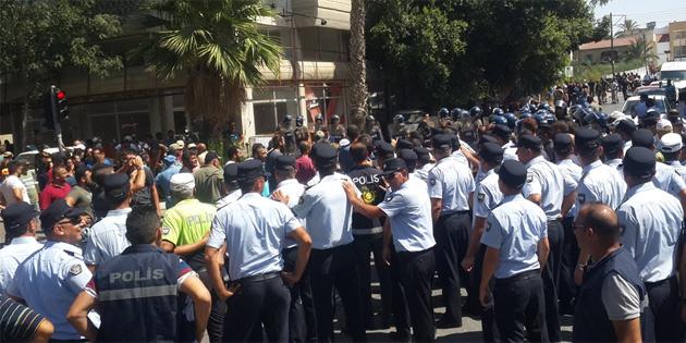 Eylemdeki hayvancılar Ledra Palace'a yürüyüşe geçti