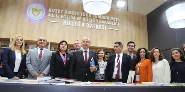 Tatar, İstanbul Kitap Fuarı'nda Kültür Dairesi stantlarını ziyaret etti