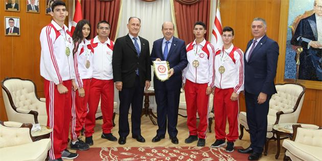 Başbakan Tatar, Kickboks Federasyonu Başkanı ve sporcularını kabul etti