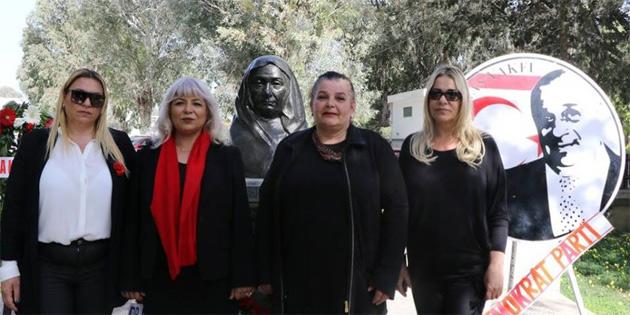 Atatürk Anıtı'na ve Zübeyde Hanım büstüne çelenk sundular