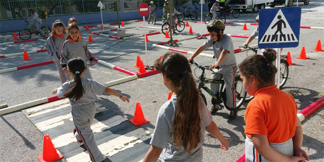 """""""Trafik Eğitim Parkıyla"""" ilkokullarda eğitimlere başlandı"""