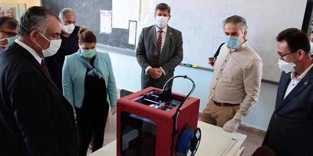 Çavuşoğlu, Gazimağusa'da maske üretimi yapan okulları ziyaret etti
