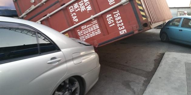 Konteynır devrildi 3 araç hasar gördü