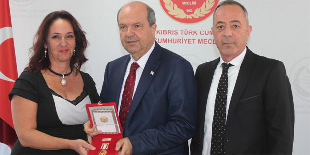 Başbakan Tatar Osman Örek'in Milli Mücadele Madalya ve Beratını Örek'in çocuklarına takdim etti