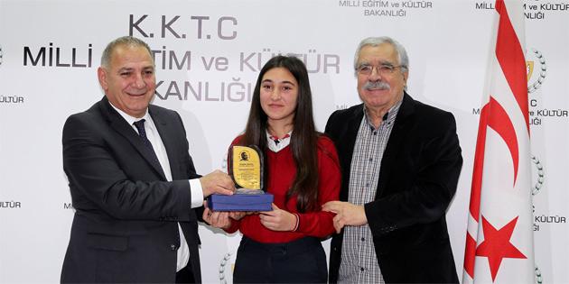 Dr. Fazık Küçük şiir ve kompozisyon yarışması'nda dereceye girenlere plaketleri verildi