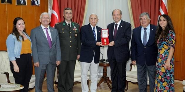 Başbakan Tatar'dan barış harekatı komutanının anısına madalya