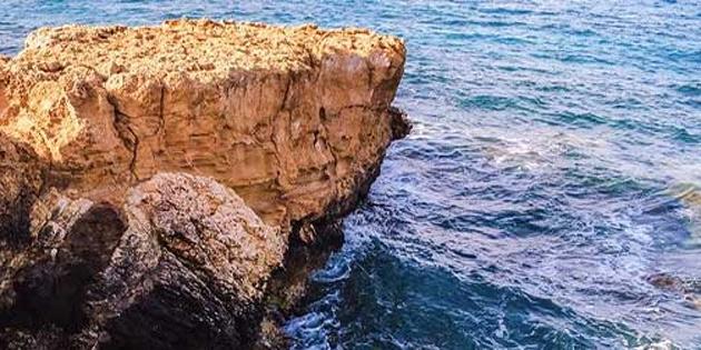Kayalıklardan denize atladı yaralandı