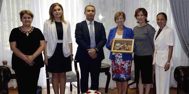 TÜRKAP heyeti 1. TÜRKAP Forumu sonuç bildirgesini Meral Akıncı'ya sundu