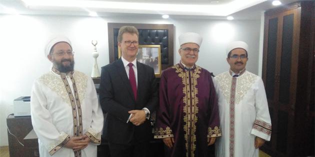 İngiliz Yüksek Komiseri Lillie, Din İşleri Başkanı Atalay'ı ziyaret etti