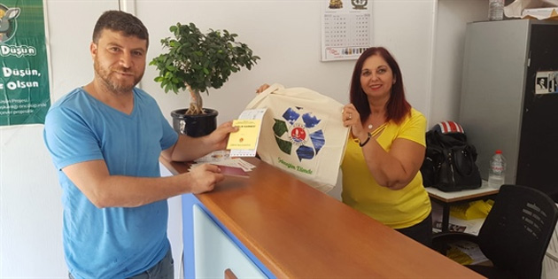 Girne Belediyesi, belediye veznelerine ödeme yapan vatandaşlara bez çanta vermeye başladı
